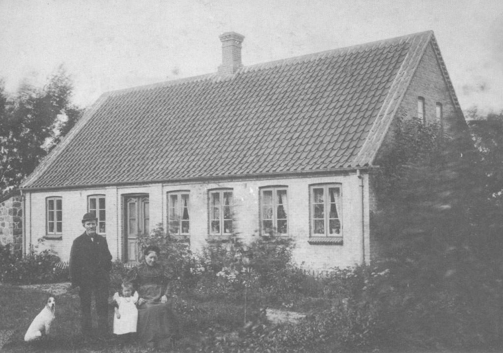 Peder Helbæk Knudsen og Caroline med barnebarnet Magda