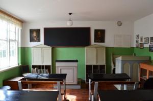 Skolestuen er bevaret med det gamle, enkle inventar.