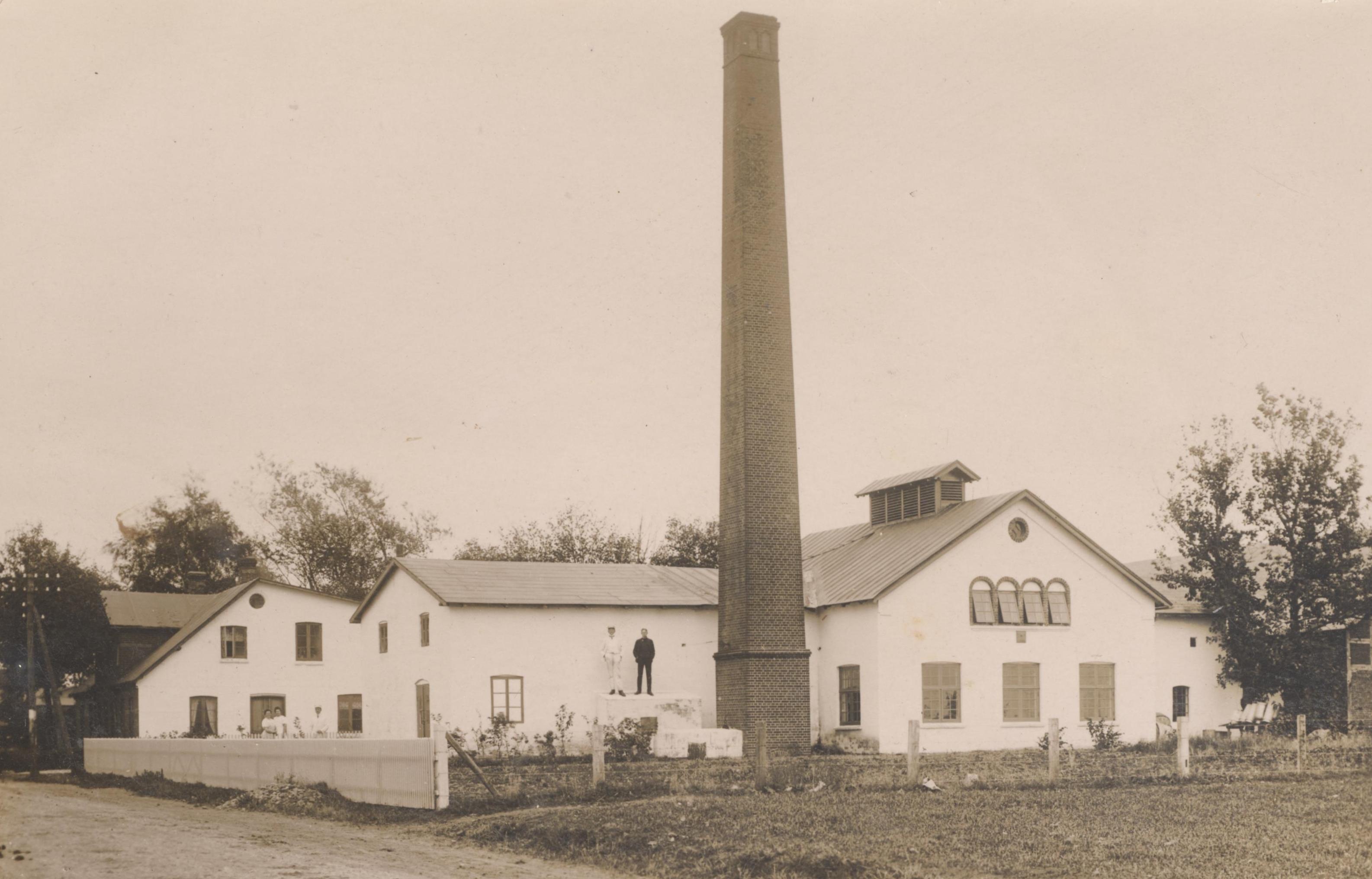 En dampmaskine leverede trækkraften til kølemaskine og centrifuge - derfor den store skorsten.