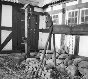 Træhest og skamstøtte på Glud Museum fotograferet af Kjeld Hjorth Christensen 1954