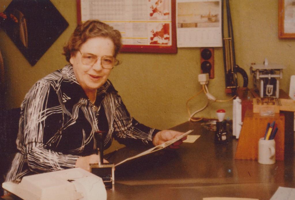 Postbestyrer Pauline Hansen på posthuset