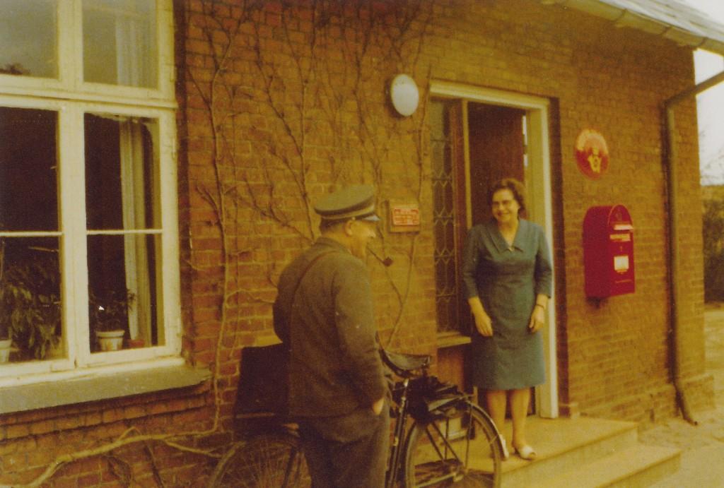 Landpost Andreas Cnota med sin postcykel og Paulina Hansen