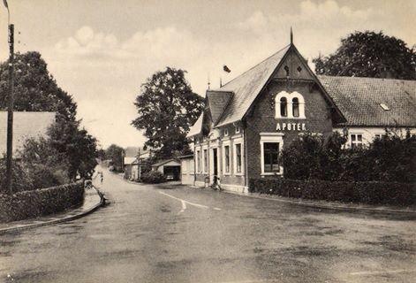 Den flotte apoteksbygning er fra 1893
