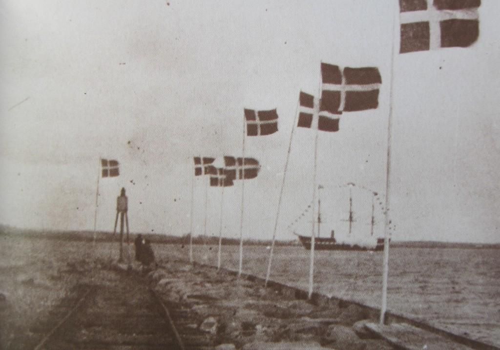 Kanonsalut fra Fregatten Jylland set fra Stormolen