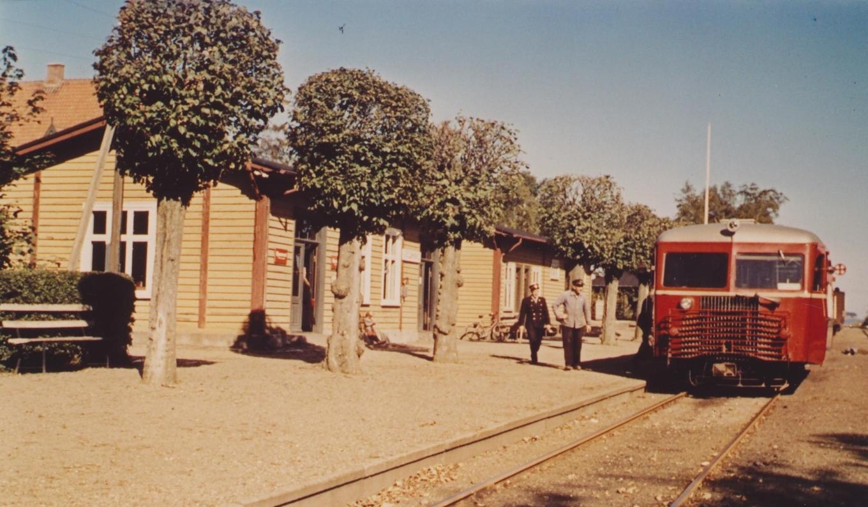Juelsminde Station - og en skinnebus klar til afgang.
