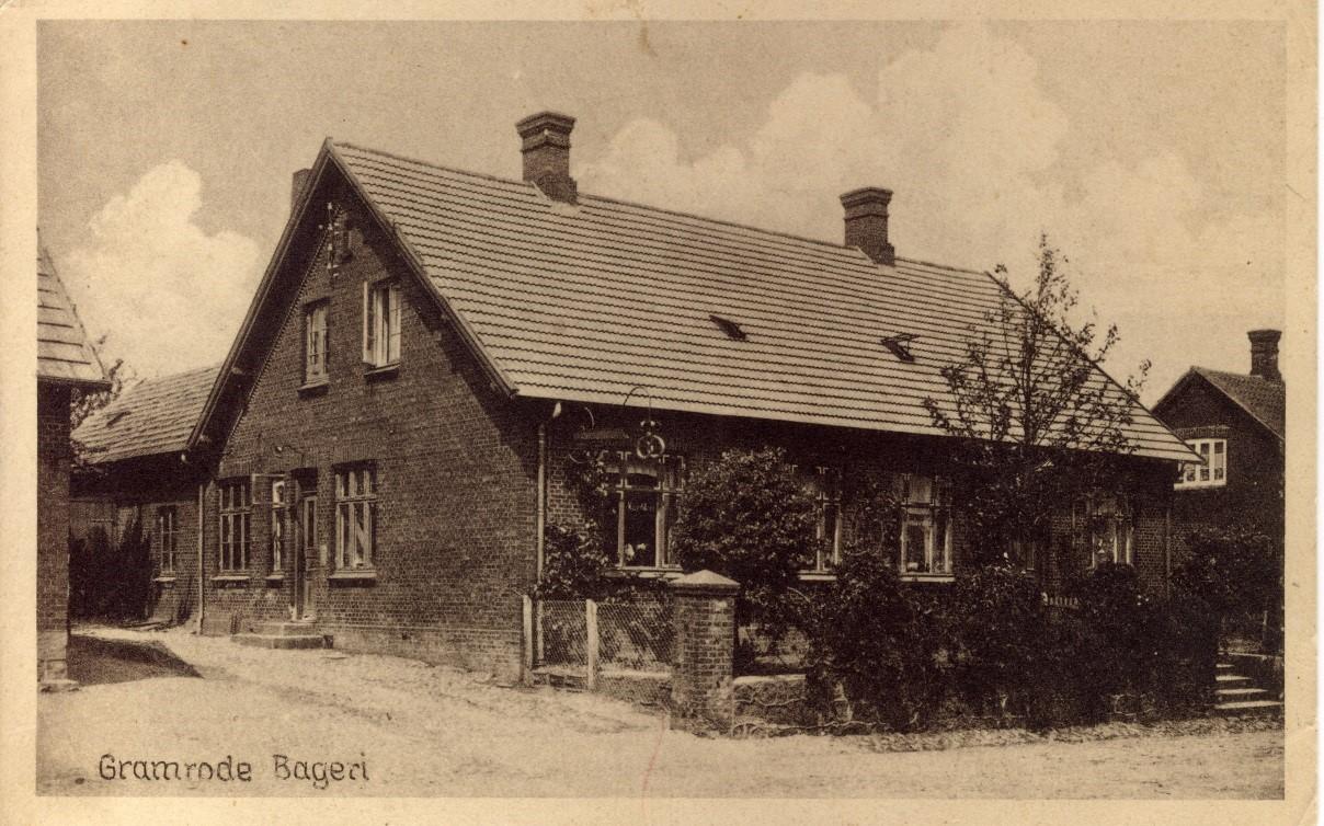 Postkort fra 1930-erne. Nu Bredgade nr. 2. Huset er bygget af læge Olav Guldbrandsen omkring år 1905. Huset har været ejet af mindst syv forskellige bagere, hvoraf nogle gik fallit. Der var en kort overgang konditori med keglebanen i haven.