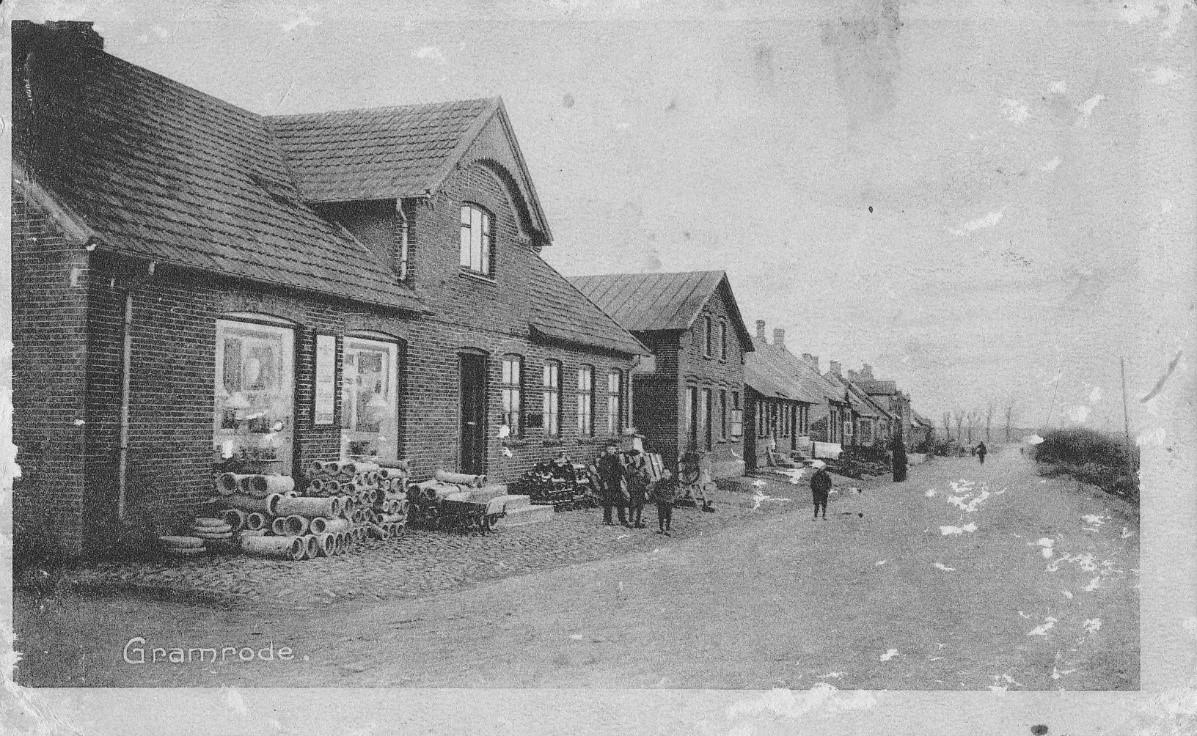 Postkort fra 1908. Bredgade fotograferet fra stationen og ned mod den nuværende Bjerrevej. Første hus er købmandsgården nu Bredgade nr. 18