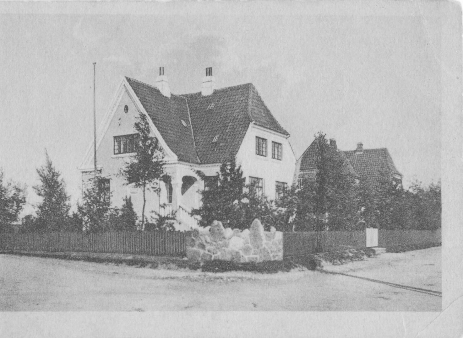 Huset på hjørnet af Gramrodevej og Bjerrevej. Her fotograferet i midten af 1930-erne. Huset blev bygget i 1915 af murermester Chr. Bøttker. Fra 1918 brugte Vejle Amt huset som bolig for jordemoderen.