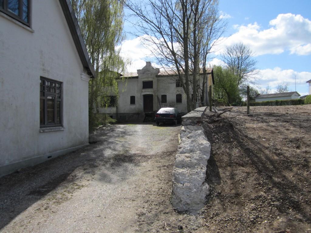 Købmandsgårdens fine lagerbygning - og en tom grund til højre, hvor forsamlingshuset lå.